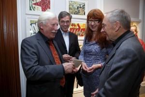 v.l.n.r. Erhard Felske, Anke Rannegger und Matthias Dworzack von der Johann-Rist-Gesellschaft gratulieren Arno Surminski mit einem Rist-Medaillon