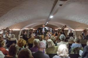 Hauptpastor Alexander Röder begrüßt die Konzertbesucher